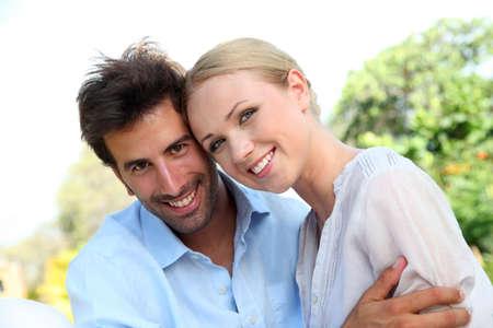 personas abrazadas: Retrato de pareja alegre Foto de archivo