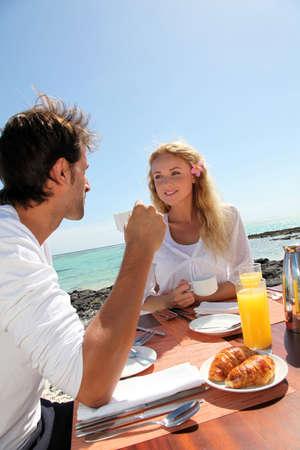 mauritius: Paar het ontbijt door blue lagoon