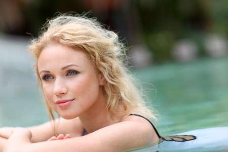 thalasso: Belle femme blonde dans la piscine