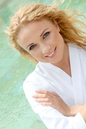 thalasso: Portrait de la belle femme assise près de la piscine spa