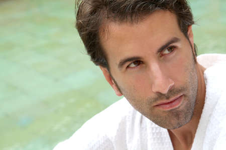 thalasso: Portrait de beau peut s'asseoir près de la piscine thermale