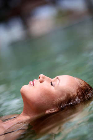 thalasso: Femme flottant dans la piscine