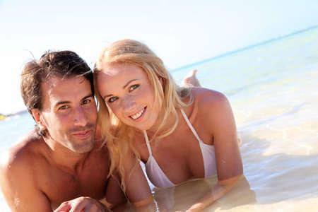 personas abrazadas: Pareja acaba de casarse con el baño en aguas cristalinas Foto de archivo