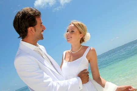 destinos: Novia y novio bailando por la laguna azul