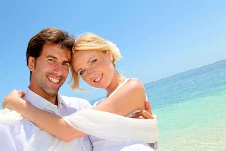 mauritius: Bruidegom houden bruid in zijn armen door de zee