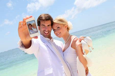 personas tomando agua: Pareja de reci�n casados ??la toma de fotograf�as de s� mismos
