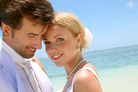 just married: Retrato de pareja de recién casados ??en la playa