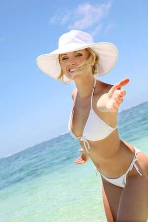 mauritius: Mooie blonde vrouw in bikini door de blue lagoon