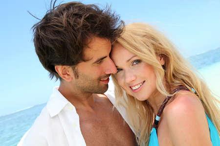 personas abrazadas: Retrato de pareja en ser querido en vacaciones en la playa