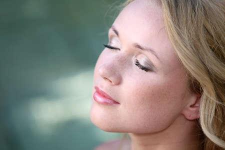 blonde yeux bleus: Portrait de la belle femme blonde dans la station thermale