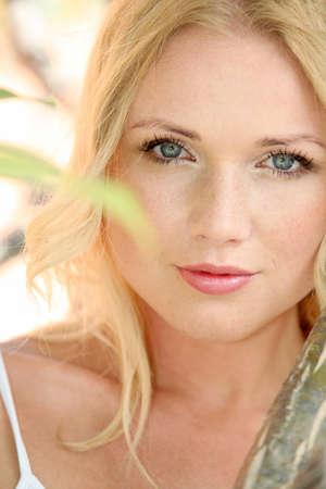 blonde yeux bleus: Portrait d'une femme belle blonde dans la nature