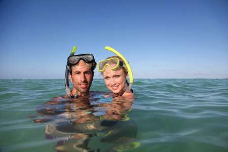 flippers: Pareja con equipo de snorkel Foto de archivo