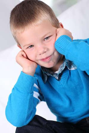 rubia ojos azules: Retrato de niño tímido