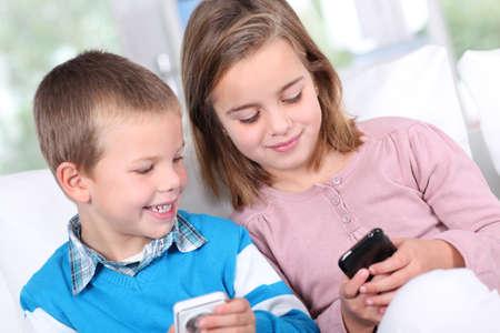 Bambini che giocano con lo smartphone