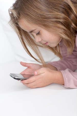 Ritratto di bambina scrittura breve messaggio sul cellulare