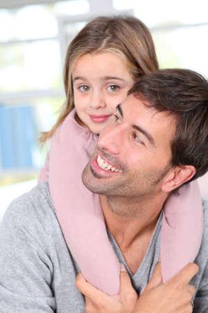 personas abrazadas: Retrato de padre e hijo se divierten juntos