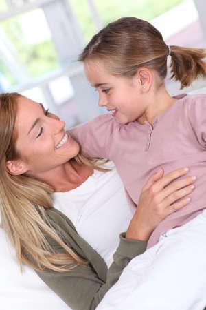 personas abrazadas: Retrato de la madre y la hija en su casa