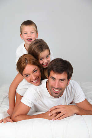personas abrazadas: Retrato de familia por la que se en la cama