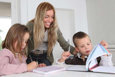 deberes: Mujer ayudar a los ni�os con la tarea