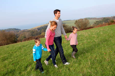 ni�os caminando: De la familia dando un paseo en el campo Foto de archivo