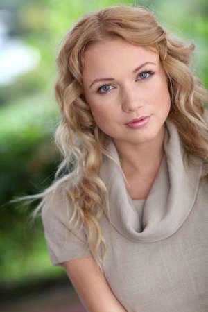 blonde yeux bleus: Portrait de jolie femme gaie Banque d'images