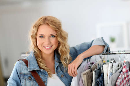 buen trato: Mujer de pie en la tienda de ropa