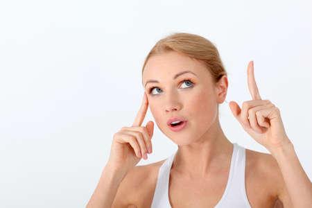 interrogativa: Retrato de mujer rubia hermosa con la mirada interrogativa