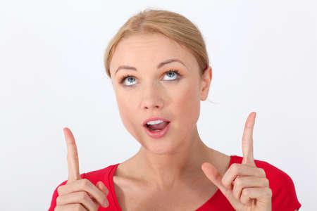 interrogativa: Retrato de mujer con camisa roja con mirada interrogativa