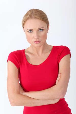 mujer enojada: Mujer en camisa roja con una mirada triste en su cara