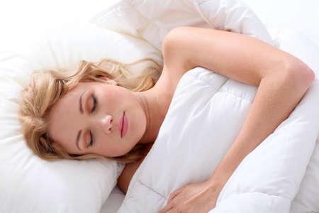 Bella donna dorme nel letto