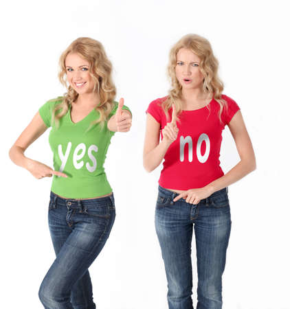 the opposite: Blond women with colored shirt having opposite opinion