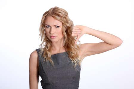 pollice in gi: Businesswoman mostrando il pollice verso il basso