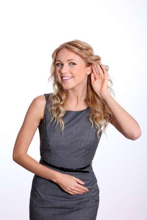 actief luisteren: Zakenvrouw met de hand op het oor om te luisteren