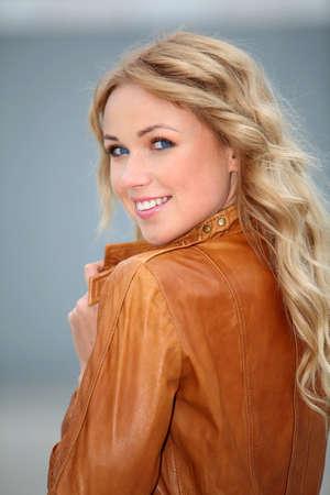 blonde yeux bleus: Portrait d'une femme blonde avec veste en cuir Banque d'images
