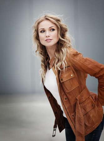 blonde yeux bleus: Portrait d'une femme belle blonde avec une veste en cuir Banque d'images