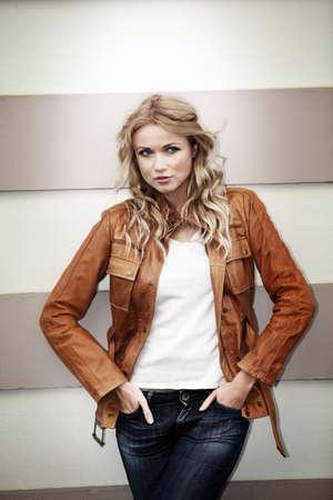 chaqueta de cuero: Retrato de mujer hermosa rubia con chaqueta de cuero