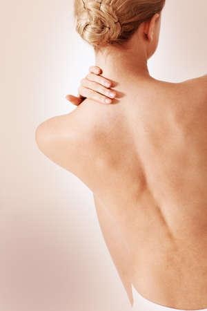 mujer desnuda de espalda: Vista posterior de la mujer que tiene dolor de espalda