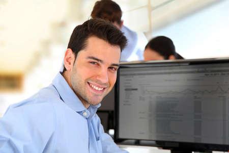 ordinateur de bureau: Sourire n�gociant en face de l'ordinateur de bureau