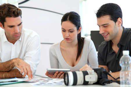 reunion de trabajo: Reuni�n de trabajo en la agencia de fotos
