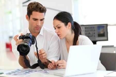 publicit�: R�union de travail en agence de photo Banque d'images