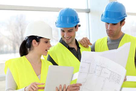 trabajadores: Trabajadores de la construcci�n mirando plan de construcci�n Foto de archivo
