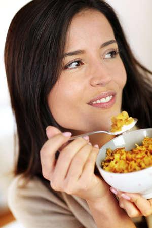 corn flakes: Cheerful woman manger des corn flakes pour le petit d�jeuner