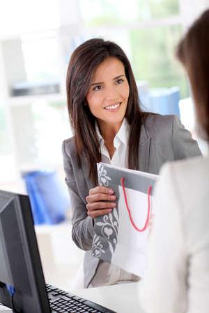 maquina registradora: Hermosa prenda de vestir vendedor tienda de hablar con los clientes Foto de archivo
