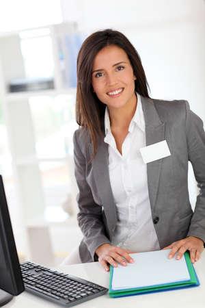 hôtesse: Portrait de l'h�tesse souriante belle