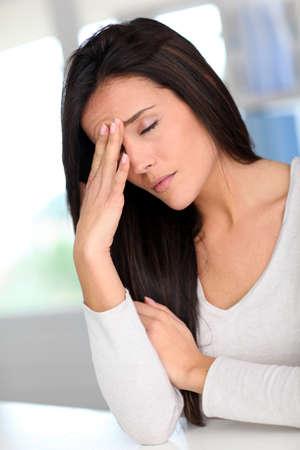 hoofdpijn: Portret van de vrouw met een hoofdpijn Stockfoto