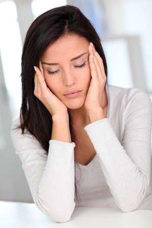 dolor de cabeza: Retrato de la mujer que tiene un dolor de cabeza Foto de archivo