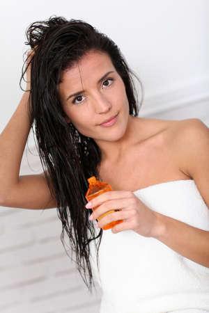 massage huile: Attractive jeune femme tient une bouteille d'huile parfum�e Banque d'images