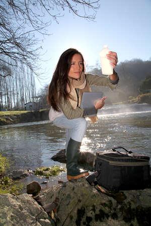Woman Testen Qualität der natürlichen Wasserressourcen Standard-Bild - 12122334