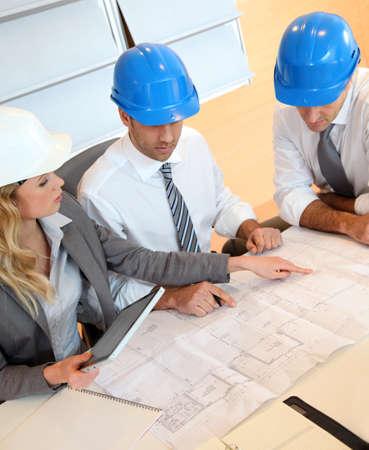 Arquitectos y mujeres de negocios que trabajan en proyecto de construcción