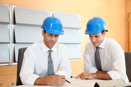 Equipo de arquitectos trabajando en el plan de construcción